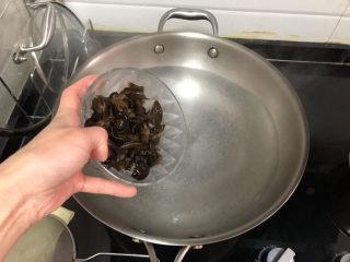 茼蒿炒雞蛋?最是一年春好處,加入木耳,燙約一分鐘