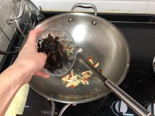 茼蒿炒雞蛋?最是一年春好處,加入焯水的木耳,煸炒半分鐘