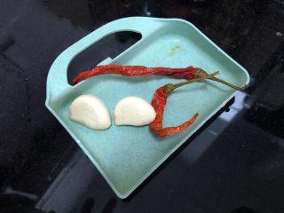 茼蒿炒雞蛋?最是一年春好處,蒜剝皮,與干辣椒清洗備用
