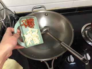 茼蒿炒雞蛋?最是一年春好處,留底油,加入蒜片煸香
