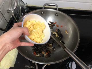 茼蒿炒雞蛋?最是一年春好處,轉中火,加入雞蛋