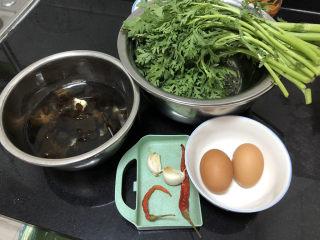 茼蒿炒雞蛋?最是一年春好處,食材合照:茼蒿一把約300g,雞蛋兩個,蒜兩瓣,干辣椒兩個,干木耳數朵溫水泡發