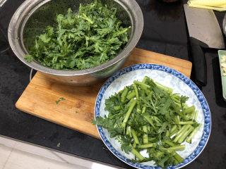 茼蒿炒雞蛋?最是一年春好處,茼蒿切段,梗和葉子的部分分開