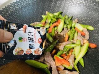 芦笋炒肉片,入黑椒汁炒匀即可关火