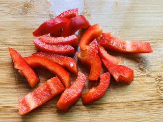 芦笋炒肉片,红椒清洗干净切小段