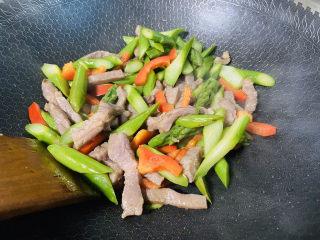 芦笋炒肉片,翻炒均匀