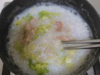 生滚牛肉粥,再放入生菜丝。