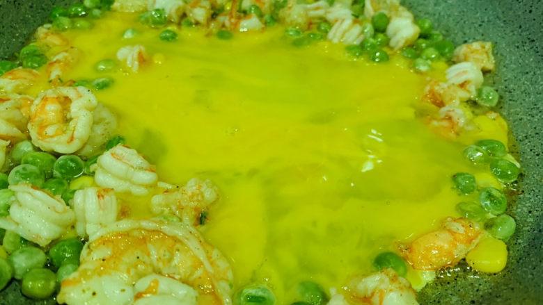 菠萝虾仁炒饭,加2个蛋,炒香;