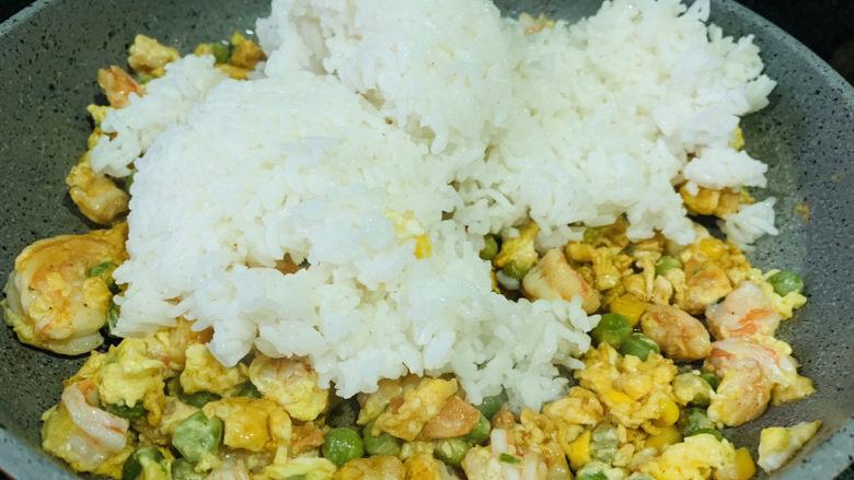 菠萝虾仁炒饭,下米饭;