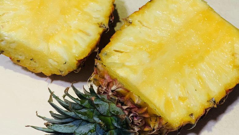 菠萝虾仁炒饭,新鲜菠萝🍍切半,像切哈密瓜那样,先切片;