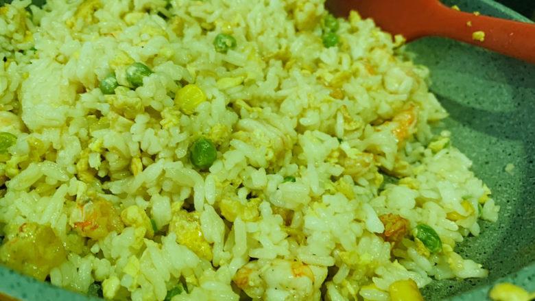 菠萝虾仁炒饭,还是小火,慢慢的把米饭炒散,颗粒分明;