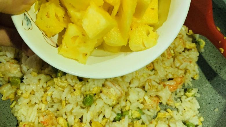 菠萝虾仁炒饭,再开大火炒,听到米饭跳动的声音,就下菠萝,翻炒均匀,起锅;