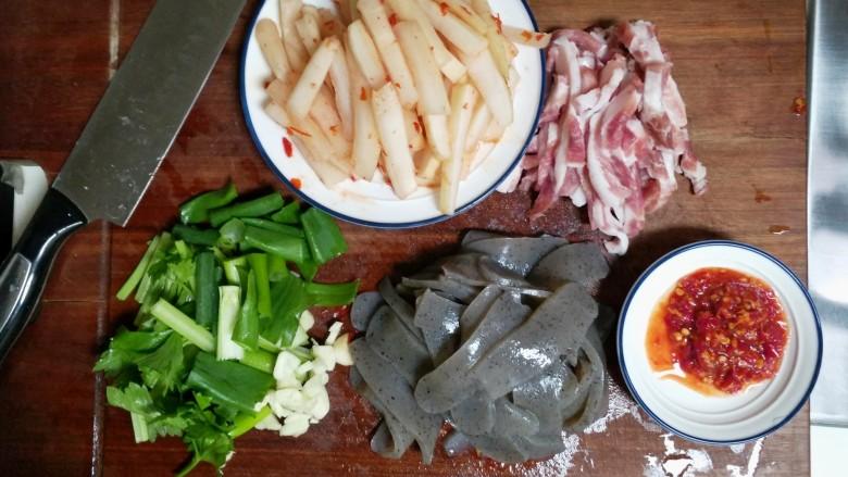 酸辣魔芋豆腐,所需的食材和调味,酸萝卜改刀切条,魔芋豆腐切片