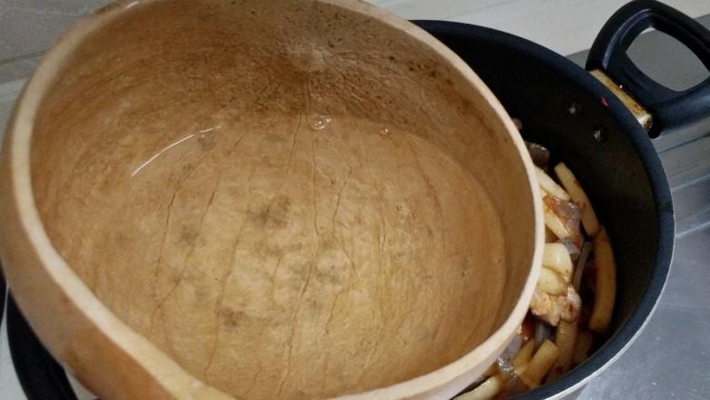 酸辣魔芋豆腐,加入半瓢清水(水不要太多,和菜齐平或更少些即可),加入适量盐