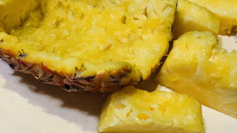 糖醋菠萝排骨,挖出果肉,留住一般的菠萝壳,带叶子部分,等会装盘用;