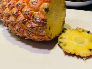 糖醋菠萝排骨,菠萝🍍一个,洗净,切去尾部,留住绿色叶子部分;