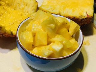 糖醋菠萝排骨,菠萝肉切粒待用;