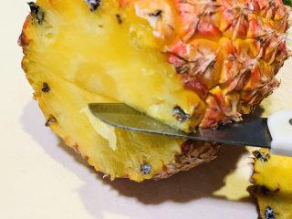 糖醋菠萝排骨,对半切开;