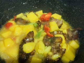 糖醋菠萝排骨,最后加入排骨搅拌均匀,即可;