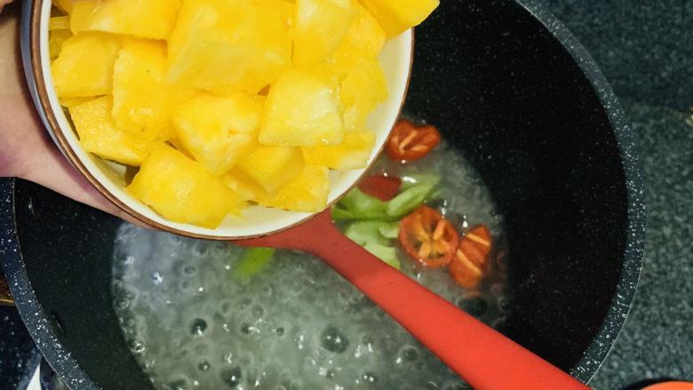 糖醋菠萝排骨,加菜椒和菠萝,翻炒;