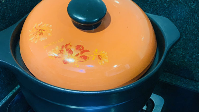 砂锅炖羊肉,大火煮开,盖住锅盖,调大火,炖10分钟;