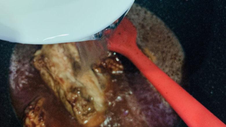 砂锅炖羊肉,加清水;