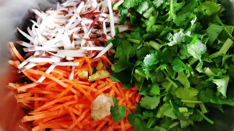 黑麦菜包子,胡萝卜,山药搽成丝,香菜切碎。