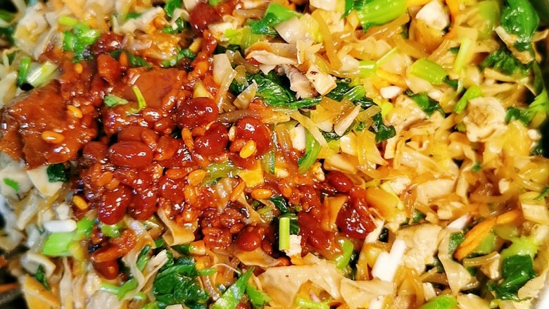 黑麦菜包子,将所有原材料混合,加调料:<a style='color:red;display:inline-block;' href='/shicai/ 4300'>豆腐乳</a>,五香粉,蘑菇粉,白糖,少许盐,香油,拌匀。