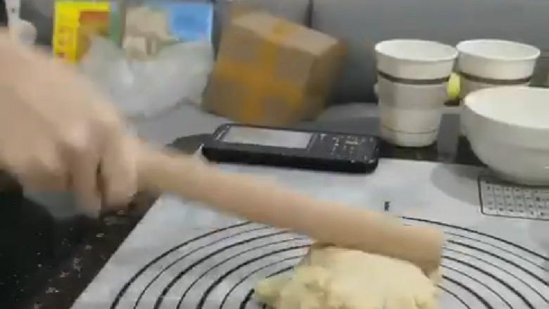菠萝面包,用擀面杖不停的敲打,像搓衣服一样不停来回搓,这样的步骤需要15分钟左右,才能揉成不黏手的面团