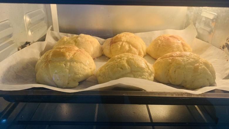 菠萝面包,表面刷上鸡蛋液,烤箱180度预热5分钟后,中层上下火180度烤18~20分钟即可
