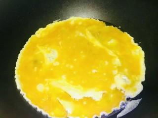 菠萝虾仁炒饭,锅内放油加入蛋液