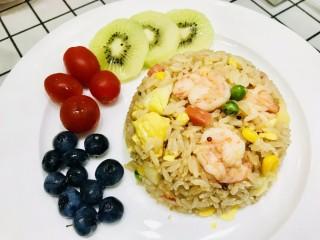 菠萝虾仁炒饭,可以用碗压好后倒扣盘中,摆上水果