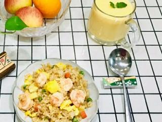 菠萝虾仁炒饭,配上杯果汁,完美