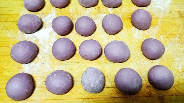 心形紫薯馒头,平均分成相等的小剂子