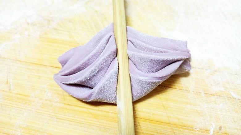 心形紫薯馒头,再把下部往上面翻一下,再用筷子压一下