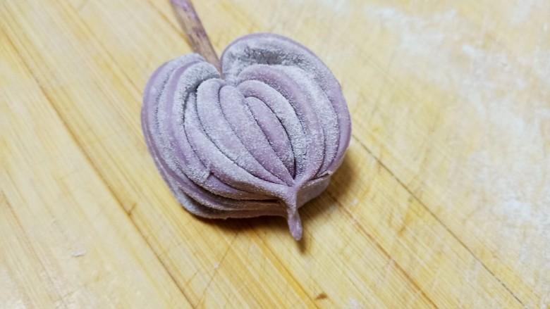 心形紫薯馒头,下部用手捏紧,上部再用筷子压一下