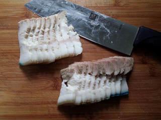 麻辣香锅茶树菇,猪肉冼净后加清水、葱姜和料酒,焖煮至筷子能戳动即可,切成片。