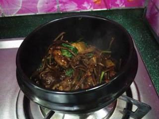 麻辣香锅茶树菇,再撒点芝麻和香菜,最后将它们盛入已烧热的石锅中