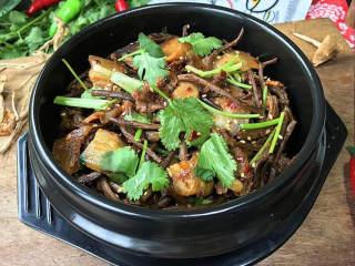 麻辣香锅茶树菇,听到滋滋声响后即刻离火,麻辣鲜香有嚼劲,好吃下饭又过瘾