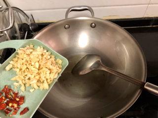 蒜泥茼蒿?蒜蓉蝦皮炒茼蒿,熱鍋冷油(油可以比平時炒菜稍微多一點點,蝦皮吸油),放入約2/3的蒜末,小火煸香