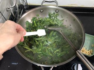 蒜泥茼蒿?蒜蓉蝦皮炒茼蒿,加半茶匙食鹽,注意蝦皮和雞汁都有咸味,鹽的量可以減少一些。大火翻炒約十來秒