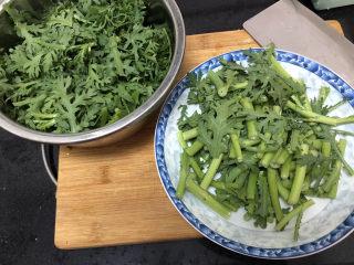 蒜泥茼蒿?蒜蓉蝦皮炒茼蒿,分莖葉,切小段