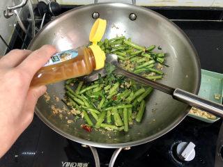蒜泥茼蒿?蒜蓉蝦皮炒茼蒿,加半茶匙太太樂雞汁,中火翻炒一分鐘