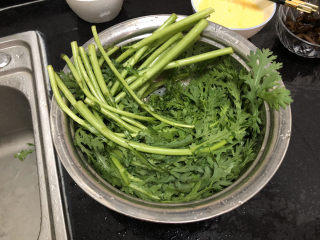 蒜泥茼蒿?蒜蓉蝦皮炒茼蒿,茼蒿用淡鹽水浸泡5分鐘,清洗瀝水
