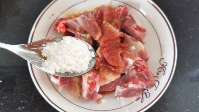糖醋菠萝排骨,加入一勺淀粉,搅拌均匀腌制10分钟
