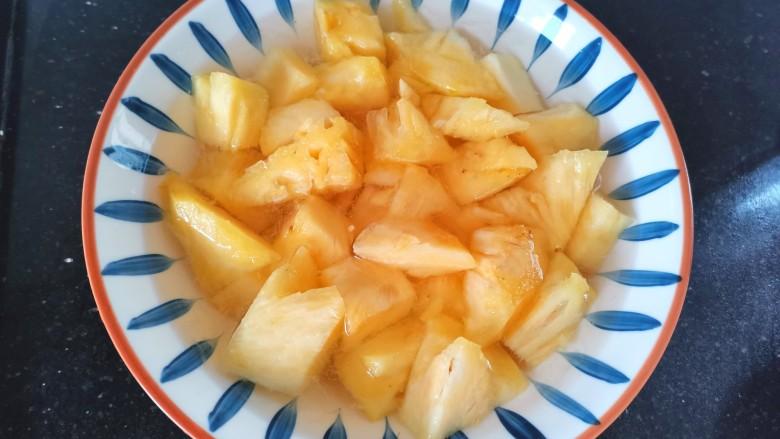 糖醋菠萝排骨,放盐水里浸泡10分钟