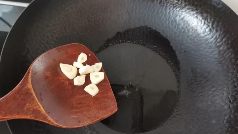 糖醋菠萝排骨,另起锅倒入适量的油,放入蒜片爆香