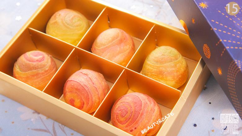 这盒会散发魅力的梦幻蛋黄酥,想带你尝尝星空的味道!,烤好后拿出装盒,星空蛋黄酥就完成啦,开吃吧~