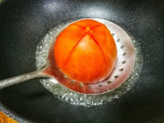紫菜番茄豆腐汤,番茄划十字刀煮两分钟。
