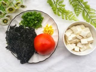 紫菜番茄豆腐汤,紫菜泡水洗净,嫩豆腐切小块。